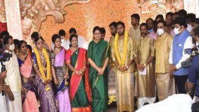 Photo of விகே சசிகலா தலைமையில் கோலாகலமாக நடைபெற்ற டிடிவி தினகரனின் மகள் திருமணம்..!!